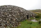 "Grey Cairns Of Camster - na pierwszym planie ""Round Cairn"", w tle ""Long Cairn"""